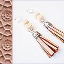 Beige színű rojtos fülbevaló, Ékszer, Fülbevaló, 2 db bézs színű kocka alakú üveggyöngyből és világosbarna színű rojtból készült fülbe..., Meska