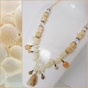 Bézs-fehér nyaklánc, Ékszer, Nyaklánc, Bézs színű kocka gyöngyökből, átlátszó csiszolt gyöngyökből  és fehér kagylógyöngyö..., Meska