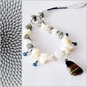 Szürke-fehér nyaklánc, Ékszer, Nyaklánc, Szürke színű kocka gyöngyökből, átlátszó csiszolt gyöngyökből  és fehér kagylógyöngy..., Meska