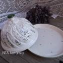 Levendulás-egyedi kerámia sajt vagy vajtartó, Dekoráció, Otthon, lakberendezés, Konyhafelszerelés, Húsvéti díszek, Kerámia, Festett tárgyak,   Fehér agyagból,étkezési mázzal  készítettem ezt a 16-17 cm  es  kb. 14-15 cm es vajtartót. Rátétt..., Meska