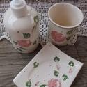 Rózsás-romantikus kerámia- fürdőszoba készlet, Otthon, lakberendezés, Szépségápolás, Fürdőszobai kellék, Szappan, tisztálkodószer, Kerámia, Romantikus rózsásan a fürdőszobába is.   A fogmosópohár 10 cm magas. Az adagoló 400 ml es Szappan t..., Meska