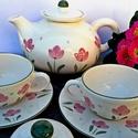 Tulipános egyedi 2 személyes kerámia teás, Konyhafelszerelés, Dekoráció, Esküvő, Bögre, csésze, Kerámia,  Bájos pink tulipán....minden borús napon felvidít. Egyszerű...bájos. Fehér agyagból készítettem,má..., Meska