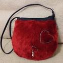 Piros műszőrme táska cipzár szívecskékkel , Szerelmeseknek, Táska, Válltáska, oldaltáska, Selymes tapintású finom műszőrméből készült kis táska. A nagyobbik szív domborított, fén..., Meska