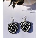 Fekete-fehér fülbevaló, Fekete és fehér pamut zsinórból készült fül...