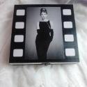 Filmszalag a dobozon... Audrey Hepburn..., Ékszer, Otthon, lakberendezés, Dekoráció, Ékszertartó, Ez egy 14,5X14,5X3 cm nagyságú dobozka... ékszerek, apróságok tárolására kiválóan alkalmas... nem cs..., Meska