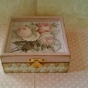 Rózsis... Apróság... , Dekoráció, Otthon, lakberendezés, Tárolóeszköz, Elegáns hölgyek elegáns apróságainak készült ez az apró dobozka...  Mérete: 11x11x5 cm, Meska
