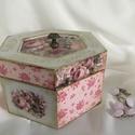 Párizsi rózsák..., Dekoráció, Ékszer, Ékszertartó, Hatszögletű dobozka... melynek tetejét és oldalait rózsák, rózsacsokrok díszítik... Mérete: 11X11X7 ..., Meska
