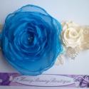 Kék és krém színek kavalkádja hajpánt, Ruha, divat, cipő, Hajbavaló, Hajpánt, Mindenmás, Varrás, A pánt krém színű csipke, ezen pihen a gyönyörű nagy kék virág, mellette egy krémszínű kisebb virág..., Meska