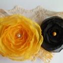 Sárga- Fekete modern hajpánt, Ruha, divat, cipő, Hajbavaló, Hajpánt, Mindenmás, Varrás, A pánt krém színű csipke, ezen pihen a gyönyörű nagy sárga virág, mellette egy fekete kisebb virág ..., Meska
