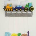 Járművess filc névtábla babalátogató ajándék babaszoba dekoráció keresztelő ajándék traktoros autós helikopteres markoló