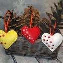 Filc karácsonyfa dísz szív félgyöngyökkel díszítve akár illatosított egész fahéjjal szegfűszeggel, Dekoráció, Ünnepi dekoráció, Karácsonyi, adventi apróságok, Karácsonyfadísz, Varrás, Csillogós félgyöngyökkel díszített szív szett (3db) gyapjúfilcből és dekor filcből készült.   Ha sz..., Meska