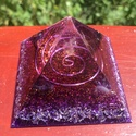 Orgonit Ametiszt piramis, Otthon, lakberendezés, Dekoráció, Orgonit piramis lila színben csillámporral, spirállal a közepén. Ametiszttel (harmadik szem, ko..., Meska