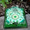ORGONIT PIRAMIS - Zöld, Otthon, lakberendezés, Dekoráció, Orgonit piramis hegyikristály csúccsal. Tértisztításra, gyógyításhoz, meditációhoz. Alapte..., Meska