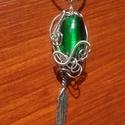 Mélyzöld üveggyöngyös medál, Ékszer, óra, Medál, Zöld üveggyöngyöt, ezüstözött drótot és egy apró fém tollacskát használtam fel a medál..., Meska