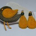KItűző/ fülbevaló garnitúra- a természetes anyagok kedvelőinek, Ékszer, Bross, kitűző, Fülbevaló, Hímzés, Varrás, Vastagfilcre, kenderzsinór körbe- körbe öltögetésével készült a madárkitűző és a fülbevaló sárga és..., Meska