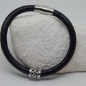 Egy soros fekete bőrkarkötő, Ékszer, Karkötő, 6 mm vastag fekete bőrszálból mágnes zárral. Dísze díszes ezüst színű cső.   17 cm- s csu..., Meska