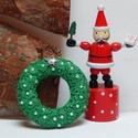Karácsonyi bross, Ékszer, Bross, kitűző, Varrás, Hímzés, Csigavonalakban öltögetett fenyőzöld kenderből készítettem a karácsonyi kitűzőt. Csillogó arany és ..., Meska