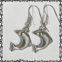 Delfin lógós  fülbevaló, Ékszer, óra, Fülbevaló, Lógós delfines ezüstözött fém fülbevaló. A delfin mérete 2 cm. Apró kő a szeme., Meska