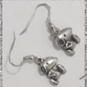 Kutyusos  fülbevaló, Ékszer, óra, Fülbevaló, Lógós, kutyus ezüstözött fém fülbevaló. A figura mérete 1,5 cm. , Meska