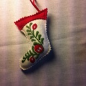 Filc csizma szűrhímzéssel, Dekoráció, Ünnepi dekoráció, Karácsonyi, adventi apróságok, Dísz, Hímzés, Varrás, gyapjú filcre szűrhímzéssel készített  csizma karácsonyi dísz.  mérete. 12cm +akasztó  az utolsó ké..., Meska