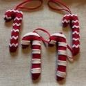 Filc karácsonyi cukorkák, Karácsonyi, adventi apróságok, Karácsonyfadísz, Karácsonyi dekoráció, Ajándékkísérő, képeslap, Piros és fehér gyapjúfilcből készítettem ezeket a karácsonyi díszeket.  Méretük: 9cm magas..., Meska