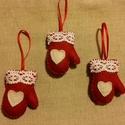 Filc karácsonyfadísz, kesztyű, Karácsonyi, adventi apróságok, Ajándékkísérő, képeslap, Karácsonyfadísz, Karácsonyi dekoráció, Pios gyapjúfilcből és pamut csipkéből készítettem ezeket a kis kesztyű díszeket. Teljesen k..., Meska