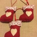 Filc karácsonyi díszek, csizmák, Karácsonyi, adventi apróságok, Ajándékkísérő, képeslap, Karácsonyfadísz, Karácsonyi dekoráció, piros gyapjúfilcből és fehér pamutcsipkéből készítettem ezeket a kis csizmákat.  Méretük:..., Meska