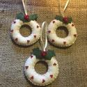 Karácsonyi karikák, ( fehér - zöld), Dekoráció, Karácsonyi, adventi apróságok, Ünnepi dekoráció, Dísz, nyers fehér és zöld gyapjúfilcből készítettem a díszeket, egy kis gyönggyel magyallevéllel díszített..., Meska