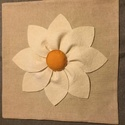 Nagy virágos, aplikált díszpárna, Otthon, lakberendezés, Lakástextil, Párna, lenvászon alapanyagra, gyapjúfilcből készítettem a virágot.  Párna mérete: 35x 35 cm  Kéré..., Meska