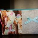 Neszesszer rózsaszín lovakkal, Táska, Neszesszer, Pamut, egyszínű és mintás (belül rózsaszín pettyes) pamutvásznakból készült neszesszer, közbélése va..., Meska