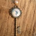 Tündérvilág kulcsa, Ékszer, Medál, Nyaklánc, Vintage stílusú antikolt bronz nyaklánc, krémszínű háttér előtt egy vidáman és kecsesen s..., Meska
