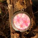 Rózsaszínű virágcsoda, Ékszer, óra, Medál, Nyaklánc, Ékszerkészítés, Fémmegmunkálás, Vintage stílusú antikolt ezüst nyaklánc, rózsaszínű virágokkal kerek medálban (kérésre fülbevalóval..., Meska