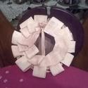 Rózsacsokros koszorú, Dekoráció, Ünnepi dekoráció, Fonás (csuhé, gyékény, stb.), Fali dísz vagy asztali dísz. Szalmakoszorú alapra készítettem el. A koszorúalapot csuhélevelekkel v..., Meska