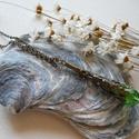 Zöld sárkánykarom nyaklánc, Ékszer, Nyaklánc, Bronzszínű sárkánykarom gyöngykupakból és zöld csiszolt csepp üveggyöngyből készült nyaklánc.  Függő..., Meska