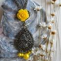 Sárga csipkemintás nyaklánc, Ékszer, Nyaklánc, Bronzszínű alapon sárga gyöngyökkel és rózsával díszített nyaklánc.  A medál hossza: 7 cm A lánc hos..., Meska