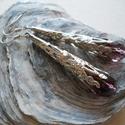 Lila sárkánykarom fülbevaló, Ékszer, Fülbevaló, Ezüstszínű sárkánykarom gyöngykupakból és lila üveggyöngyből készült fülbevaló.  Függő hossza 5 cm T..., Meska