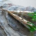 Zöld sárkánykarom fülbevaló, Ékszer, Fülbevaló, Ezüstszínű sárkánykarom gyöngykupakból és zöld üveggyöngyből készült fülbevaló Függő hossza 5 cm Tel..., Meska