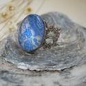 Kék-fehér indamintás üveglencsés gyűrű ezüstszínű csipkés alapban, Ékszer, Gyűrű, Kék-fehér indamintás üveglencsés gyűrű ezüstszínű csipkés alapban. A tárcsa átmérője: 20x15 mm A gyű..., Meska