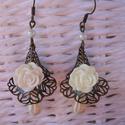 Rózsás kehely fülbevaló fehér csepp gyönggyel, Ékszer, Fülbevaló, Mindennapi elegancia - Rózsás kehely fülbevaló fehér csepp gyönggyel Függő hossza:  5 cm Teljes hoss..., Meska