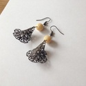 AKCIÓ! Vintage fülbevaló, Ékszer, Fülbevaló, Gyönyörű hajlított réz virággal és beige gyönggyel párosított fülbevaló. A hossza 6 cm., Meska