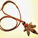 Indián stílusú bőr nyaklánc, Ékszer, óra, Férfiaknak, Nyaklánc, Ékszerkészítés, Csomózás, Bőr nyaklánc indián stílusban. Antik réz színű kender levél medállal és díszítéssel. Barna.  Medál ..., Meska