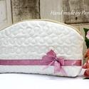 Elegáns, vintage stílusú neszesszer, Táska, Neszesszer, Pénztárca, tok, tárca, Világos, csontszínű szövet és rózsaszín szalagok összeállításából született kis táska..., Meska