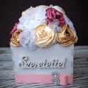Dobozvirág alul szalaggal , Otthon, lakberendezés, Dekoráció, Esküvő, Kaspó, virágtartó, váza, korsó, cserép, Ékszerkészítés, Varrás, Csodás textilvirágok. A virágok egy dobozkán csücsülnek. Minden egyes virágot egyesével készítek. A..., Meska