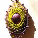 Füves levendula, Ékszer, óra, Medál, Nyaklánc, Fonalból és cérnából készült lila-zöld nyakék, melynek közepén szépséges ezüstös-lila..., Meska