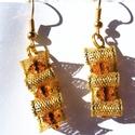Aranybarna füli, Ékszer, Fülbevaló, Csiszolt barna akrilgyöngyöket ölel az arany színű szalag. Hossza: 4,5 cm, Meska