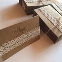 Rusztikus ültetőkártyák, Dekoráció, Esküvő, Ünnepi dekoráció, Meghívó, ültetőkártya, köszönőajándék, Papírművészet, Újrakarton és csipke, stílusos betűtípussal nyomtatott nevek - rusztikus, kézműves névkártyáim  kül..., Meska