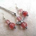 Cseresznyekvarc angyalkás nyaklánc és fülbevaló szett