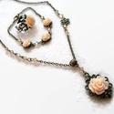Beige rózsás nyaklánc - fülbevaló - gyűrű szett, Ékszer, Nyaklánc, Fülbevaló, Karkötő, Csodaszép, romantikus stílusú antik bronz alapot beige 10 és 15 mm-es rózsákkal és csiszolt gyöngyök..., Meska