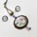 Romantikus hangulat üveglencsés vintage nyaklánc fülbevaló gyűrű szett, Ékszer, Nyaklánc, Fülbevaló, Gyűrű, Virágcsokor motívummal díszített nyaklánc és fülbevaló szett.  A medál 70x35 mm, melyet 42 cm-es lán..., Meska