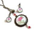 Vörös rózsaszál üveglencsés vintage nyaklánc fülbevaló gyűrű szett, Ékszer, óra, Nyaklánc, Fülbevaló, Gyűrű, Rózsaszál motívummal díszített nyaklánc és fülbevaló szett.  A medál 70x35 mm, melyet 42 cm-es láncr..., Meska